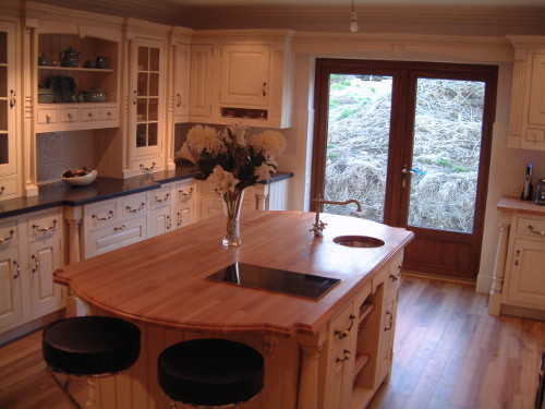 Traditional Framed Kitchen With Real Bone Handles